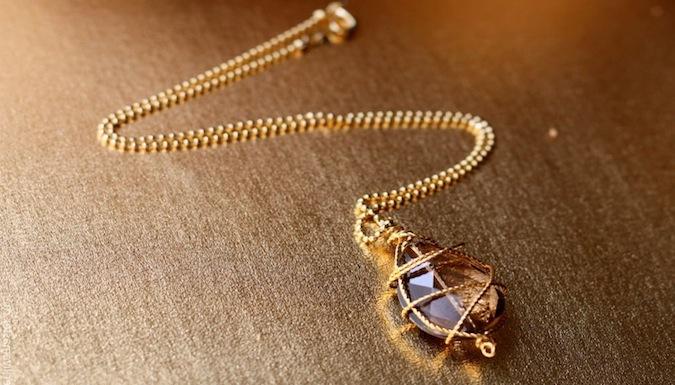 Мне приснилось что мой учитель физкультуры подарил мне на новый год золотой кулон в виде сердечка с бриллиантом по середине.